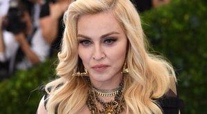 Feszület mellett szexizik a lassan 60 éves Madonna - fotó