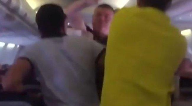 Több ezer méter magasban ütött ki egy nőt a részeg férfi – videó