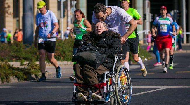 Maratonon tolta anyukáját Csaba