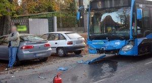 Autóbusz ütközött két autóval a fővárosban - fotók