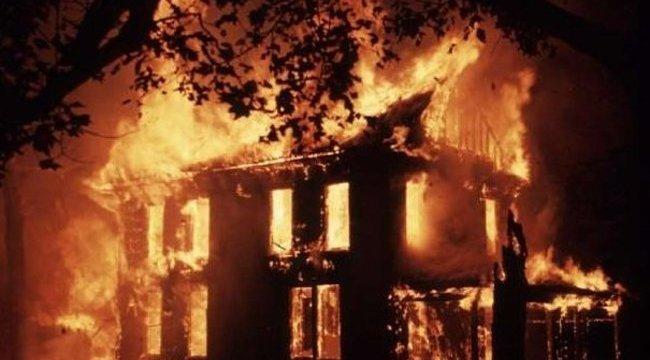 Holttestet találtak egy kigyulladt házban Császáron