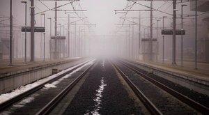 Egy laza mozdulattal belökte a nőt a sínekre, majd elsétált – videó