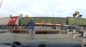 Egy orosz bicajos keményebb a vonatnál is – videó