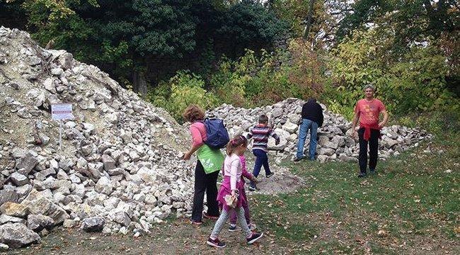 Turisták hordják el a kőhegyet