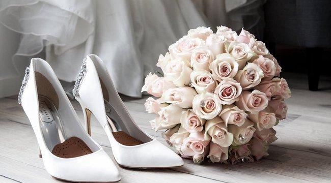 Ha nem akar felöltözni az esküvője napján, ezt a menyasszonyi ruhát Önnek találták ki – fotó