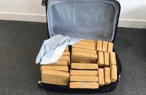17,6 milliárd forintot érő kokaint csempésztek be egy magánrepülőgéppel