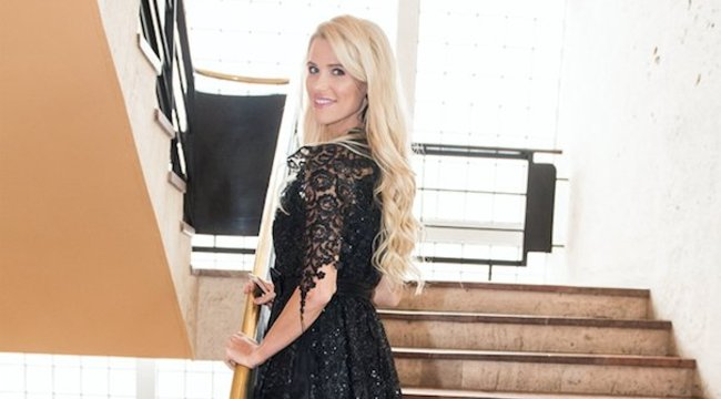 Ebben a ruhában áll az oltár elé Luxus Vivien?