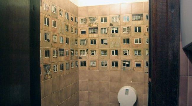 Panelházakból csempézték ki a mosdót