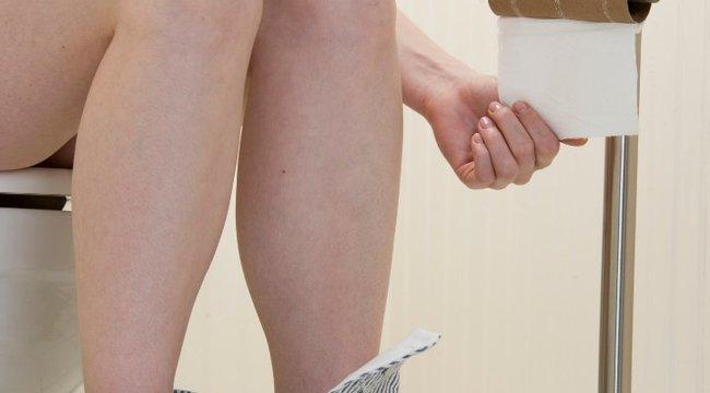 Kukkoló leselkedik az egyetemista lányokra