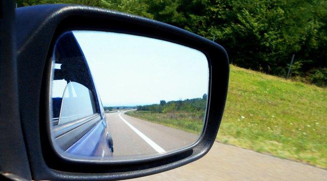 Mit tegyen, ha feltűnik a kék villogó a tükörben?