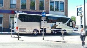 Befagyasztották a számláját - busszal torlaszolta el a bank bejáratát