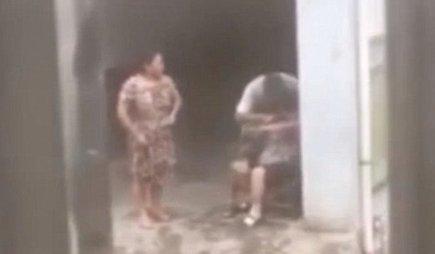 Az elborult kínai férfi marihuánát tömött anyja szájába – videó
