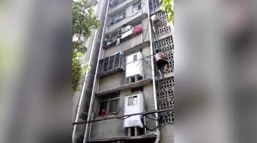 Csodával határos módon túlélte a vakmerő kalandot a harmadik emeletről kilógó gyermek - videó