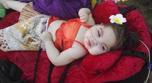 Gyűlölködő kommentek teszik tönkre a halálos beteg kislány családjának életét