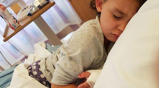 Zokni nélkül próbált fel egy szandált a négyéves, sokkoló következménye lett – megrázó fotó