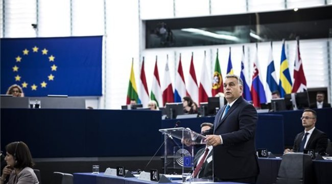 Orbán: Magyarország nem fog engedni a zsarolásnak -videóval