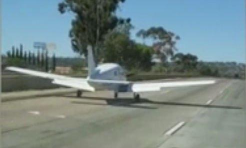 Elképesztő: Mozgó autók közé tette le a gépet a bajba jutott pilóta - videó