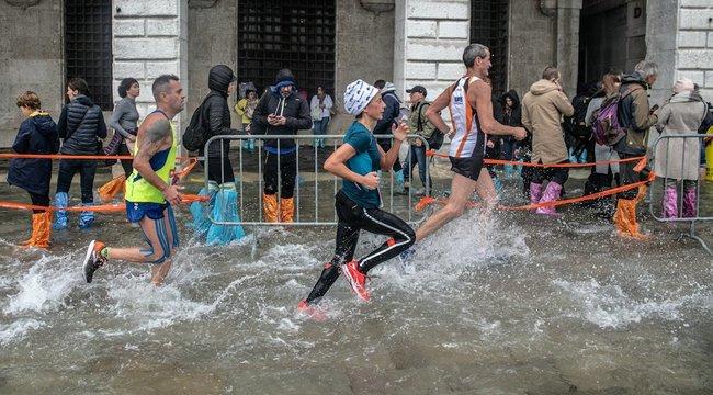 A vízzel is megküzdöttek a maratoni futók Velencében