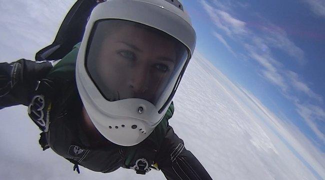 Magasan a felhők felett: 700-szor ugrott a mélybe Hanga