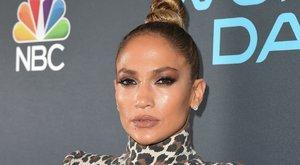 Ön szerint szuperszexi vagy nagyon béna Jennifer Lopez bugyivillantós ruhája?