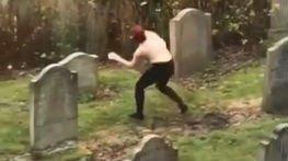 Táncolni ment a temetőbe: félpucér lány vonaglott a sírok között - videó