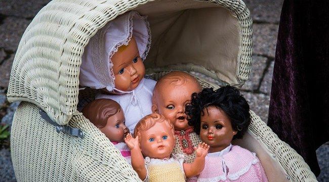 Ülőhelyért veszett össze az utasokkal a játékbabákkal vigasztalódó nő.Kinek van igaza?