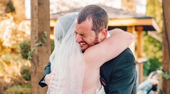 Majdnem rossz menyasszonyt csókolt meg a vőlegény - videó