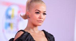 Ilyen, ha Rita Ora egyszerre két ruhát vesz fel, és mégis mindkettő hülyén áll rajta