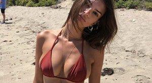 Emily Ratajkowski minden eddiginél kisebb bikiniben napozott