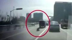 A szülőknek fel sem tűnt, hogy a mozgó autóból menet közben elhagyták a gyerekeküket - videó