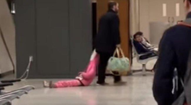 Ilyen, amikor egy repülőhöz siető apa megunja gyermeke makacsságát