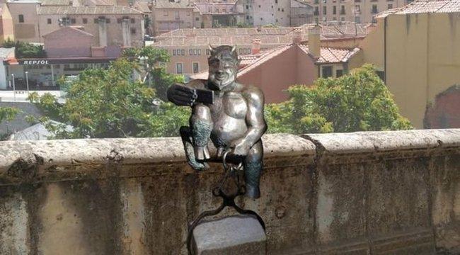 Barátságos lett a sátán bronzszobra