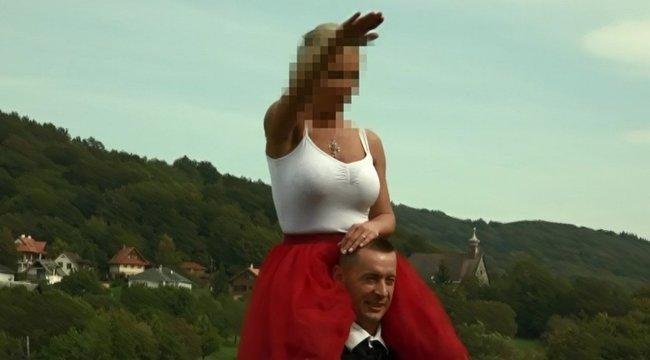 Hír TV: Náci karlendítéssel pózolt esküvői fotózásán a Jobbik elnökének felesége