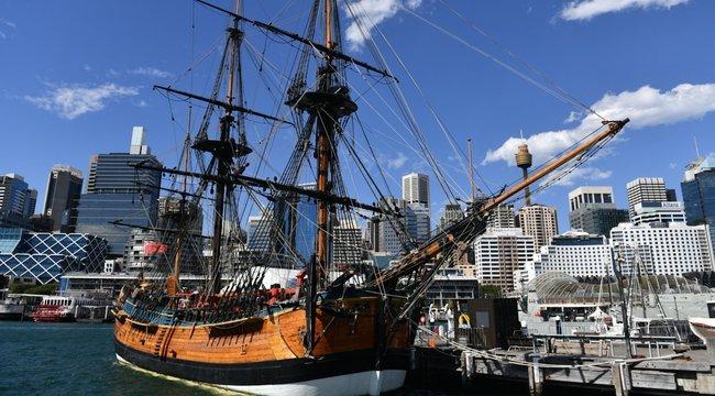 Cook kapitány hajójának élethű másával hajózzák körbe Ausztráliát