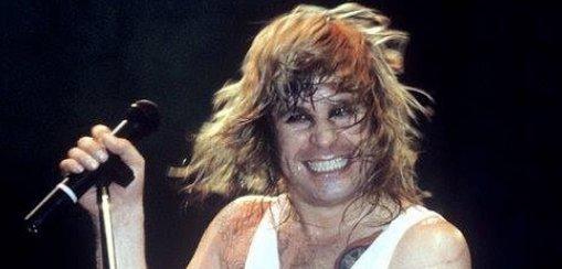 Méltó megemlékezés! Levehető fejű plüssdenevért dobott piacra Ozzy Osbourne a hírhedt évfordulón