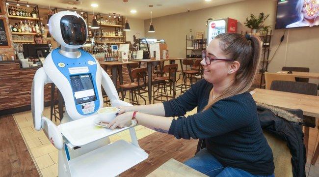 Kínai robot hozza ki a kávét Pesten