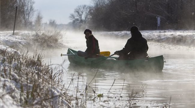 Téli vízi túra a gőzölgő csatornán
