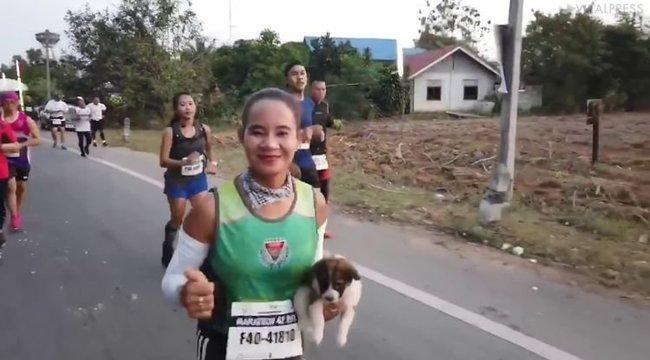 Ritka teherrel futotta végig a 30 kilométert a nagylelkű nő - videó
