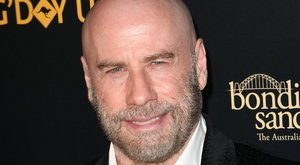 Népszerű zenészt utánoz John Travolta a kopaszságával, nézd meg kit!