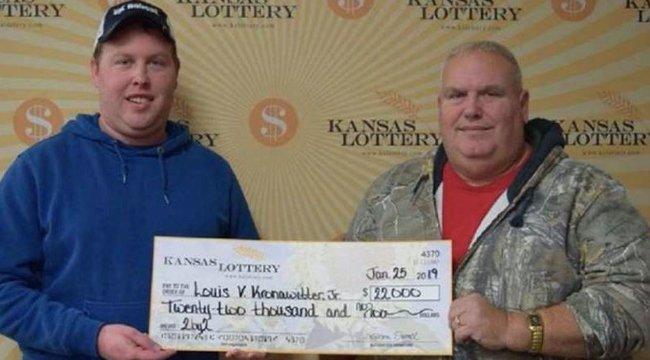 Éppen a nyertes számait nézte a férj, amikor letorkolta a felesége, hogy miért költötte lottóra a pénzét