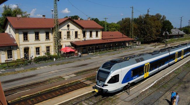 Ráhel és Krisztián jegyet vett a vonatról leszállított Marikának