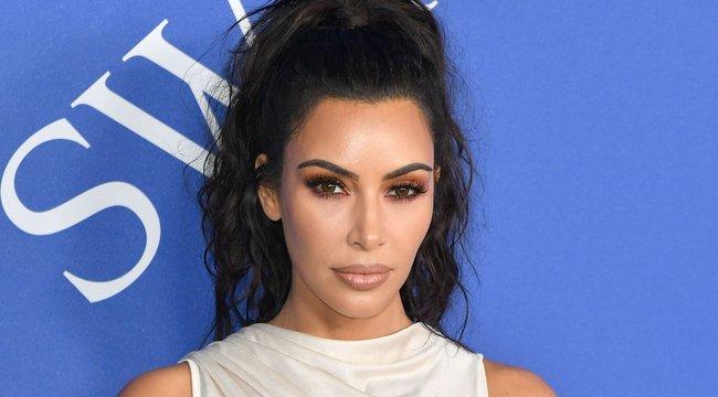 Ultragáz mellvillantós ruhában parádézott Kim Kardashian - fotók
