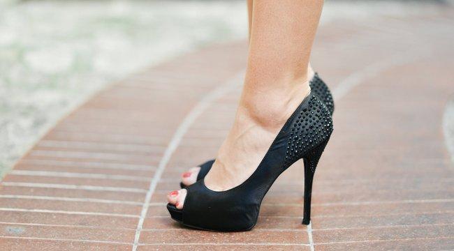 Ön mit tenne, ha cipője sarka nagyon beszorulna egy vízelvezetőbe? Ez a nő megoldotta!