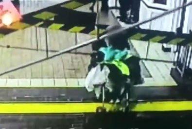 Nem vette észre az anya, hogy zárulnak a sorompók, a síneken ragadt a babakocsival – videó