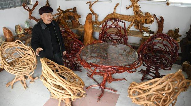 Székek, asztalok és polcok nőnek egy kínai kertben