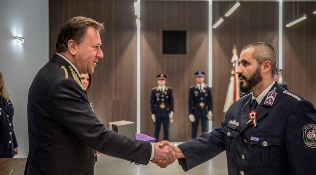 Elismerést kapott a mentők életét megmentő bátor fegyőr