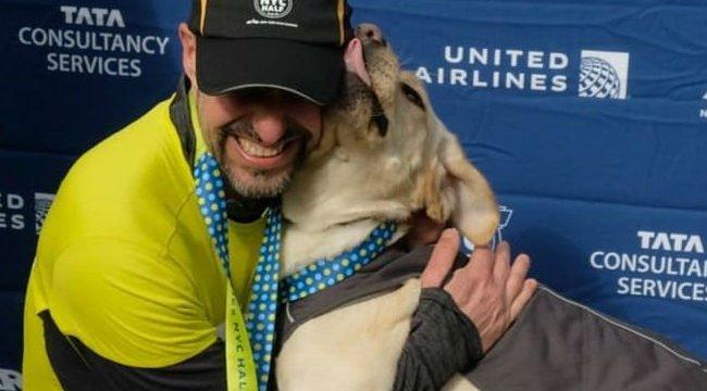 Kutyái segítségével írt történelmet egy vak maratonista