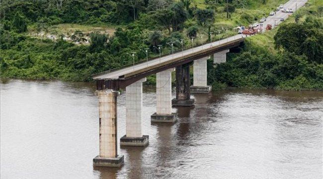 Autókkal együtt omlott vízbe egy híd Brazíliában