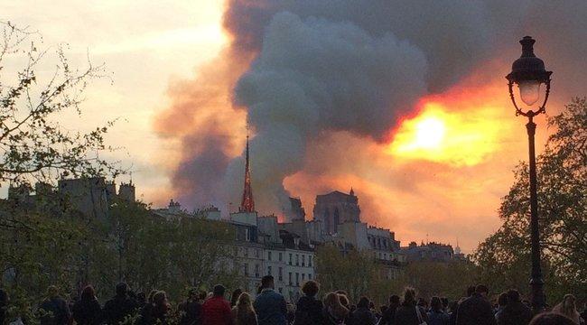 Jézust pillantotta meg a Notre Dame lángjai között - fotó