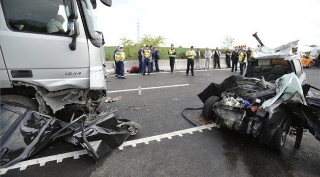 Frontális karambolban vesztette életét egy rendőrnő az M2-esen